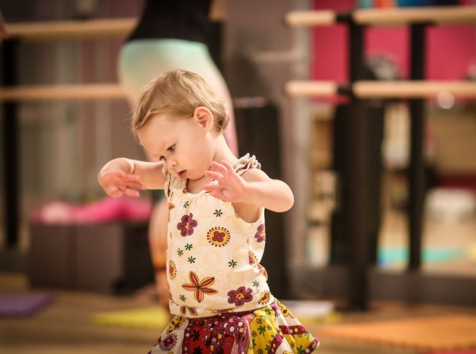 Baby dance classes, story time, ballet for toddlers, puppet classes, mommy and me and more fun for babies and parents at the Salsa With Silvia dance studio.